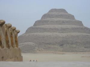 Кралските кобри на фона на пирамидата на Джосер.