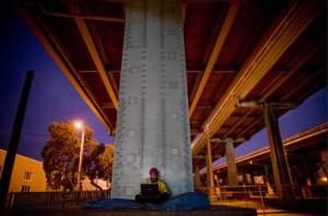 37 годишния Чарлз Питтс, от две години бездомен, под моста на Highway в СанФранциско.