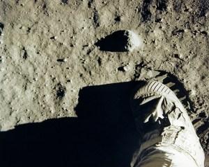 Едвин Олдрен прави втората стъпка на луната.